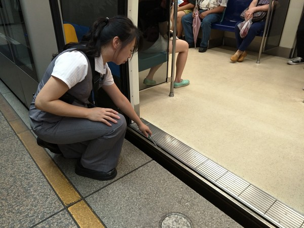 北捷呼籲旅客後背包改為手提 與車門保持適當距離。(圖/翻攝自台北捷運公司官網)