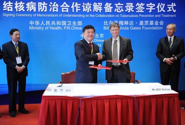 比爾蓋茲的基金會是少數已經完成註冊的中國境外機構。圖為比爾蓋茲2009年在北京與中國衛生部官員簽訂防治結核病合作備忘錄。(東方IC)