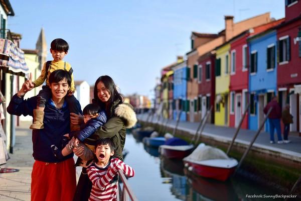 賴啟文和賴玉婷夫婦帶著三個小孩環遊世界。(圖/Sunny 背包流浪記提供)