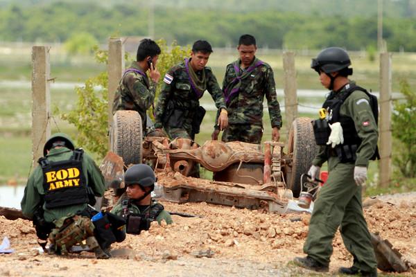 泰國北大年府(Pattani)發生軍車衝撞炸彈意外,造成6名士兵死亡4人受傷。(圖/路透社)
