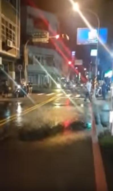 ▲▼台南竟下怪雨,氣象中心人員也傻眼。(圖/翻攝自爆料公社)