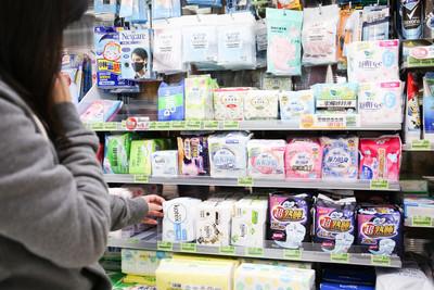 男友媽幫買衛生棉 對超商店員大喊「另一包香煙蘇菲42公分」