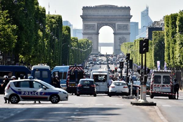 ▲巴黎香榭麗舍大道 汽車猛撞警車爆炸起火。(圖/CFP)