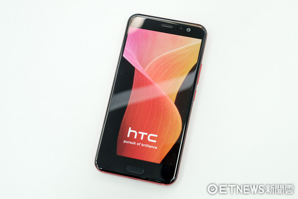 HTC U11炫藍銀與豔陽紅外型解析。(圖/記者莊友直攝)