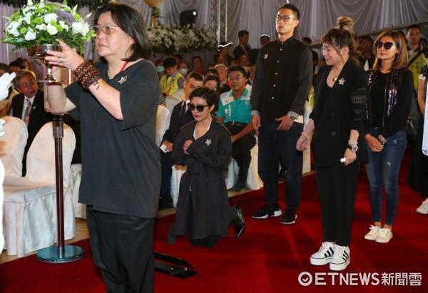 豬哥亮告別式,郭采潔跪拜,哭到不能自已。(圖/台北市攝影記者聯誼會提供)
