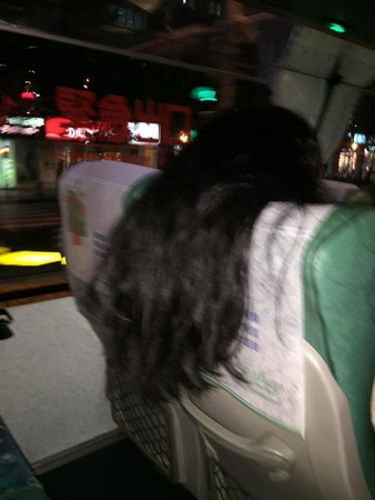 ▲▼一名女子搭乘長榮巴士時,將頭髮全往後放,影響後座乘客。(圖/翻攝爆料公社)