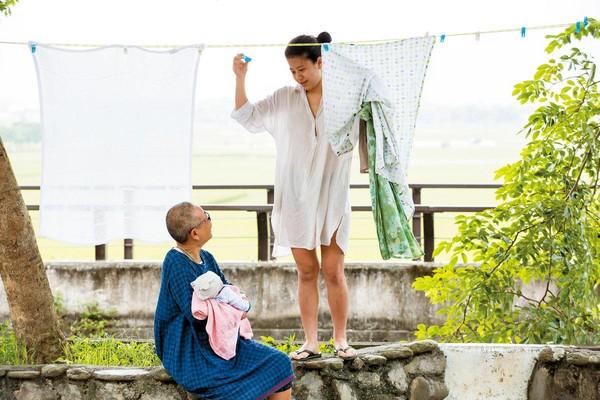 大女兒梁梓筠(右)帶著剛出世的女兒,來池上短期坐月子,簡單日常的動靜,令莊月嬌(左)的獨居生活熱絡了起來。