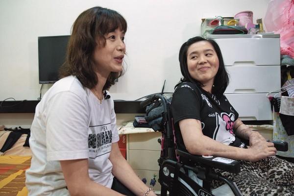 邱蕙娟(左)是主要照顧林佩璇(右)的人,她強悍又溫柔的母愛,也被形容為是奇蹟。