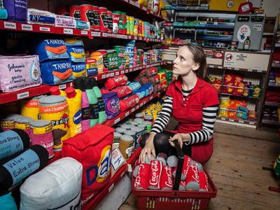 整間店全賣假貨?女藝術家巧手重現紐約「柑仔店」