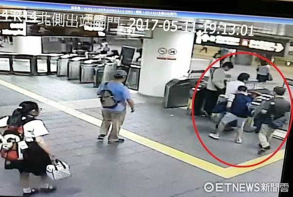 ▲捷運站內日本觀光客刷卡通過閘口,何姓、劉姓2人趁機行竊。2人來自大陸,辯稱是來台考察賣茶,卻專偷日本客錢包。(圖/記者楊佩琪翻攝)