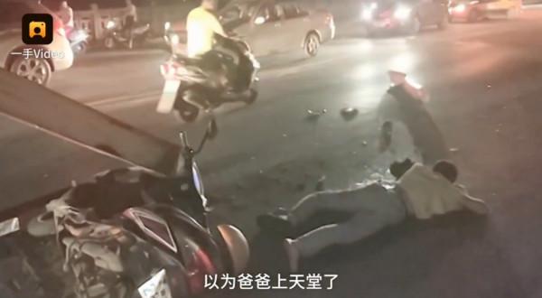 爸爸騎車在兒子出車禍,小男孩被救起卻拼命大喊「救爸爸」。(圖/翻攝自梨視頻)