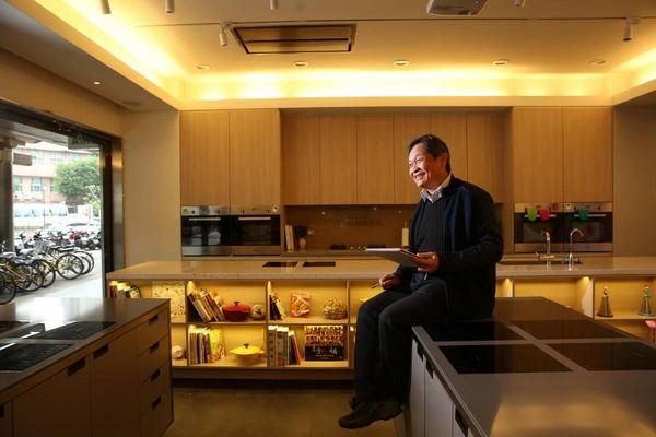 近年王正明和女兒又在桂冠大樓經營窩廚房,結合桂冠食品帶領學員烹煮創意料理。
