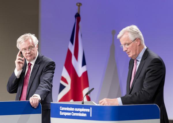▲首日的「脫歐」談判結束後,英國「脫歐事務大臣」戴維斯(左)與歐盟首席談判代表巴尼耶舉行聯合記者會。(圖/達志影像/美聯社)