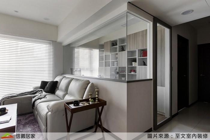 ▲客廳與書房用玻璃隔間,客廳彷彿更大了;狹長型書房也不易有壓迫感。。(圖/信義居家提供)