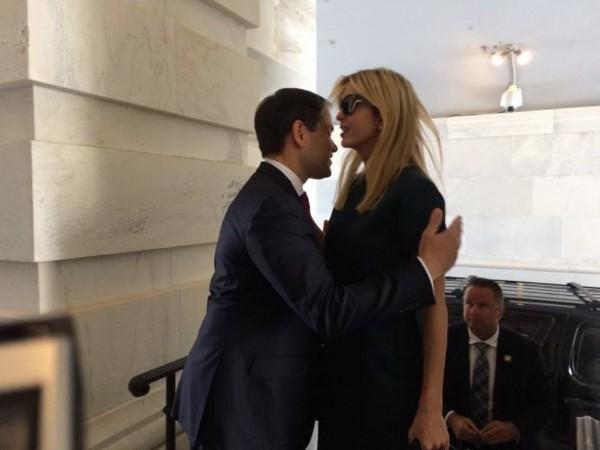 ▲▼ 美國參議員魯比歐試圖擁抱伊凡卡,被冷漠地拒絕。(圖/翻攝自推特)