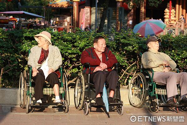 台灣步入高齡化社會,壽險業者推出到府沐浴協助失能者有機會體驗洗澡樂趣的服務。(記者/官仲凱攝)