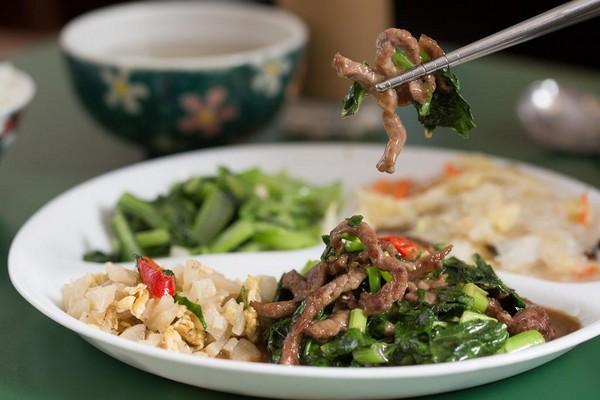 「芥蘭牛肉」醃過的牛肉只靠醬油和糖上色,每份都是現炒的誠意。(220元/份)