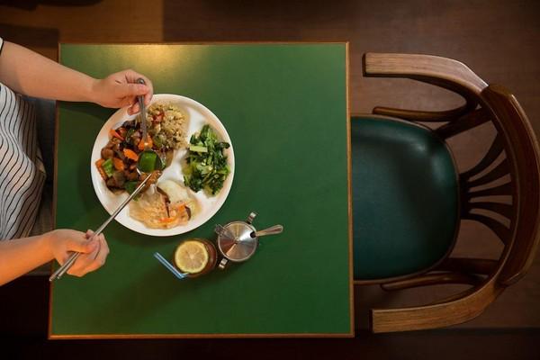 「宮保雞丁」以糖、醬油炒出辣中帶甜的滋味,一個人來吃也不將就。(220元/份)
