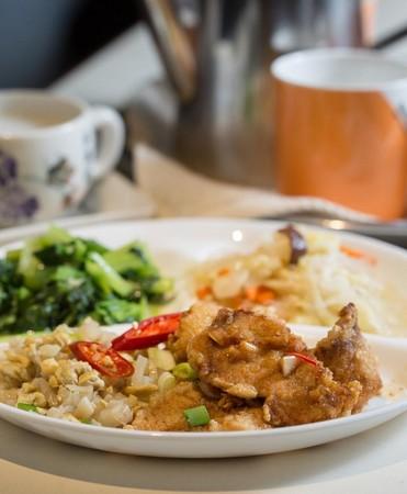 「酥炸魚片」使用旗魚片,以蒜頭、醋調味,炸得酥香。(220元/份)