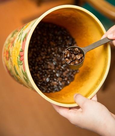 用來混合咖啡豆的咖啡桶從開店用到現在,蔡翠瑛笑說:「有它才知道怎麼混豆子。」