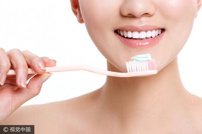 美白牙膏會傷牙嗎?靠「一口水」測試...醫勸:牌子要換