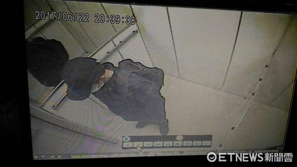 ▲▼▲▼20歲殺手張峻豪搭電梯。(圖/記者柳名耕翻攝)