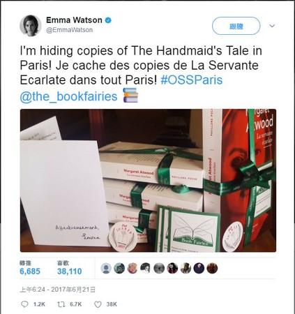 ▲艾瑪華森在巴黎藏書。(圖/翻攝自艾瑪華森推特。)