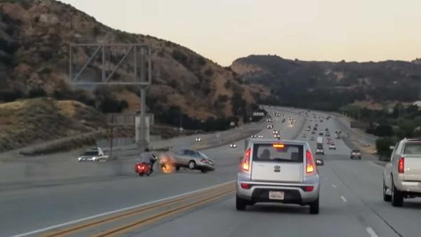 有夠衰尾!老少三寶公路起糾紛 路旁皮卡無辜遭撞翻覆(圖/翻攝自CBS Los Angeles)