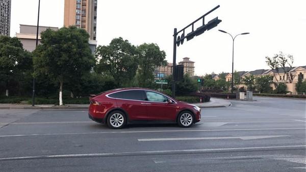 ▲特斯拉百萬車款於等紅燈時氣囊突爆開。(圖/翻攝自大陸網站)