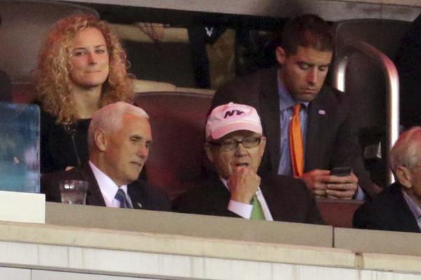 ▲去年底剛當選的副總統彭斯(圖左),被拍到在球場與伍迪(圖右)共同看球,當時就傳聞川普政府有意找他擔任駐英大使。(圖/達志影像/美聯社)