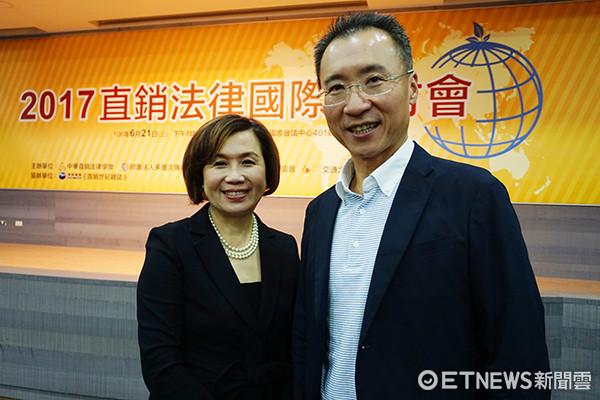 中華民國直銷協會理事長陳惠雯(左)、東宇國際總經理彭振東(右)兩人相見歡。(圖/記者官仲凱攝)