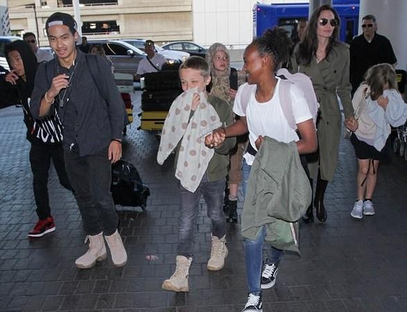 安潔莉娜裘莉和6孩子。(圖/翻攝自推特)