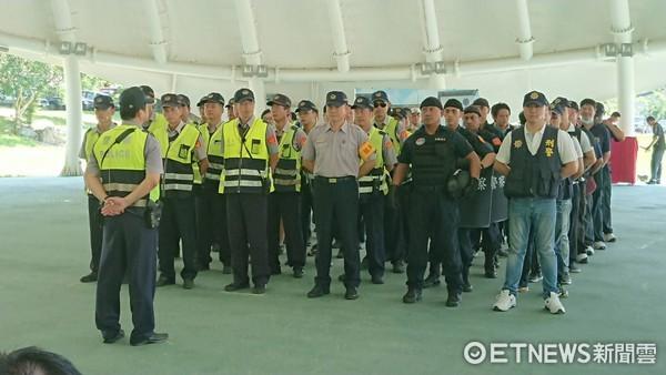 台東縣警局舉辦「重大人為危安事件演練」,過程火爆逼真。(圖/台東縣警察局提供)