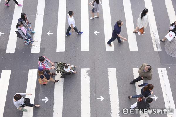 ▼雙向行穿線,斑馬線標字,箭頭提示行走方向,威秀影城前,增加45%穿越速率,行人,過馬路(圖/記者黃克翔攝)