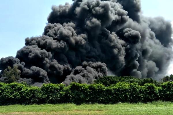▲▼彰化回收場惡火衝出「黑煙巨龍」! 台中慘吸塑膠臭味。(圖/翻攝爆料公社)