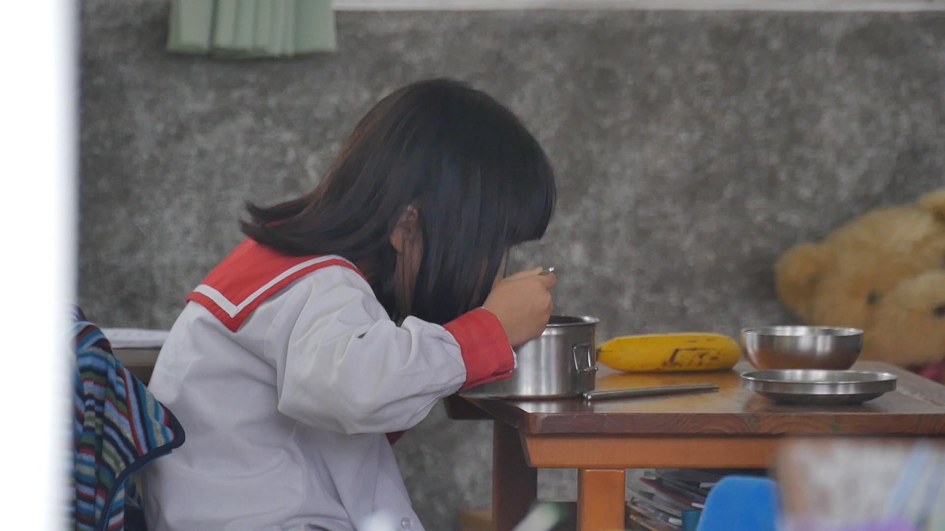 清寒生穿潮鞋、拿iPhone上學!導師拒幫申請午餐補助:留給有需要的人
