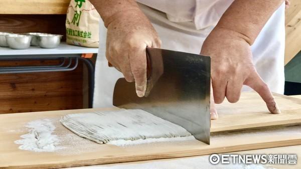 ▲日本北海道江丹別,手做蕎麥麵體驗。(圖/記者賴文萱攝)