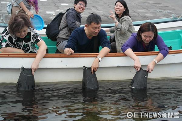 ▲北海道禮文利尻島,現撈海膽體驗。(圖/記者賴文萱攝)