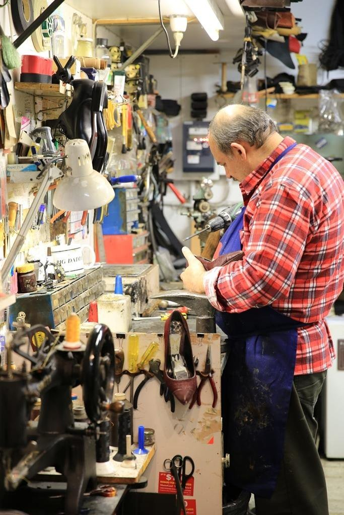 Tara說,這位先生是墨爾本最好的修鞋匠。
