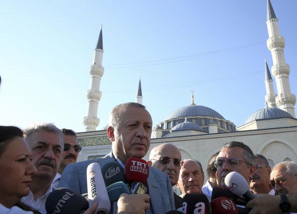 ▲▼土耳其總統埃爾多安(Recep Tayyip Erdogan)在開齋節前突然暈倒,他接受記者採訪時表示,「當天有點血糖失衡」。(圖/達志影像/美聯社)