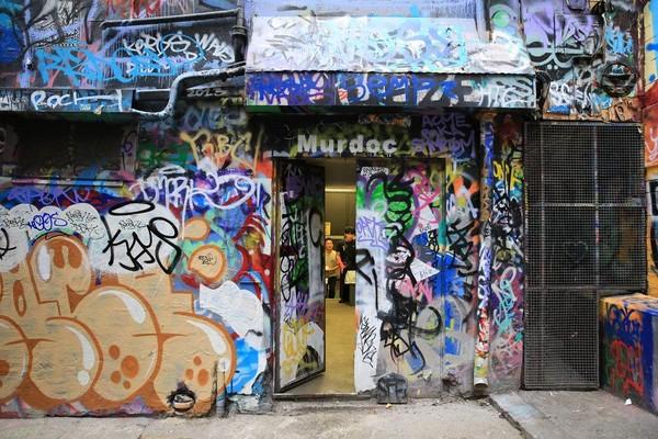 大門微敞,塗鴉門內的人照常生活。