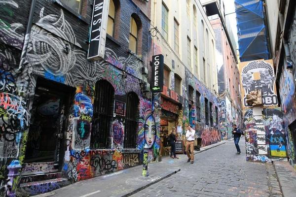 忙碌的上班族與街頭塗鴉在一起,毫不突兀。