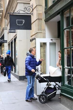 推著嬰兒車在路上與朋友聊天,是墨爾本人的日常。