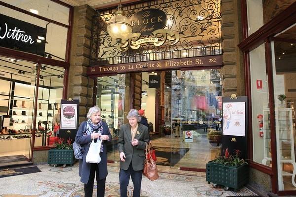老友相約隨意走逛在古典購物中心裡,一派悠閒。