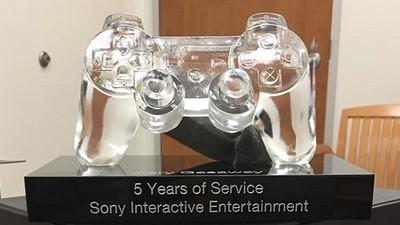 Sony員工做5年抱「水晶手把獎盃」回家,10年老人笑:我這個更猛