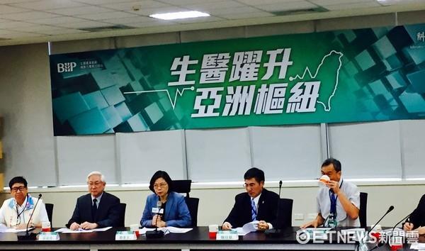▲▼總統蔡英文在科技部長陳良基陪同下,視察生醫產業。(圖/記者陶本和攝)
