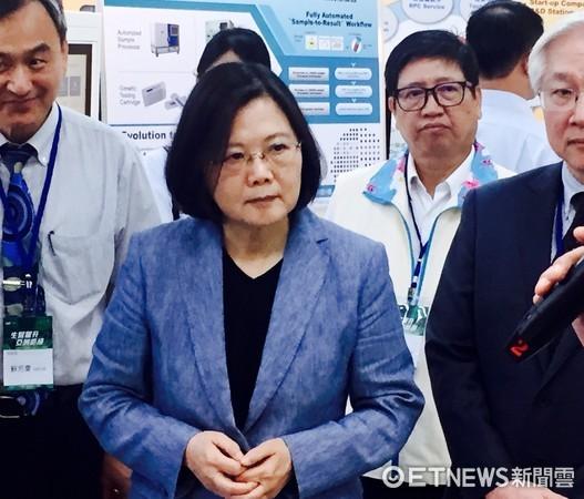 ▲�总统蔡英文在科技部长陈良基陪同下,视察生医产业。(图/记者陶本和摄)