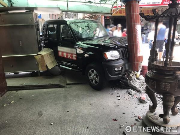 ▲車行員工因不明原因讓試乘車爆衝,擦撞車輛後撞毀巷口廟柱。(圖/記者林煒傑翻攝)