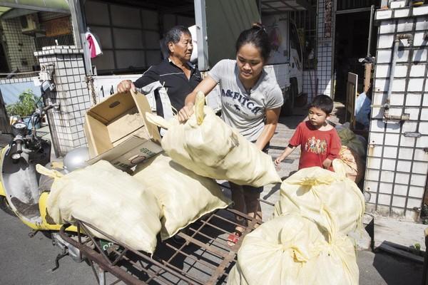 一包麻布袋地瓜有50台斤重,天天搬貨,身材瘦小的李沂(中)訓練出一身結實的肌肉。