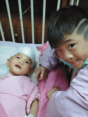 2013年11月21日,不到2歲的典典(左)在保母家疑似遭虐受傷,腦部嚴重受損,經過4次手術才得救。(李沂提供)